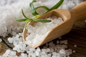 Frischer Rosmarin gibt dem Salz einen besonders aromatischen Pfiff.