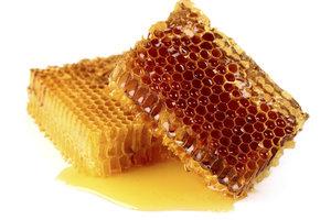 Honigblondes Haar glänzt golden wie Bienenhonig.