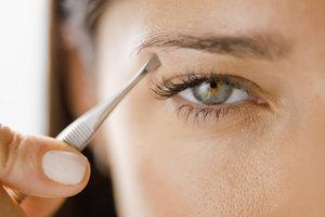 Gerade Augenbrauen können nach hinten hin ausgedünnt werden.