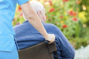 Eine Betreuungsassistentin unterstützt aktiv in der Altenpflege.