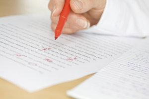 Korrekturarbeiten an einem Manuskript erfordern große Konzentration.