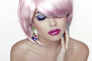 Rosa Haare sind ein mutiges Modestatement.