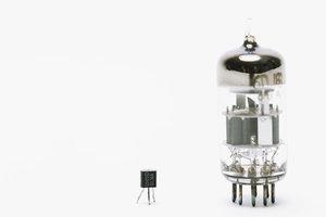 Ungedämpfte elektromagnetische Schwingungen durch einem Transistor erzeugen