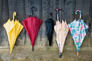Combat-Arnis-Kampfkunstler wehren sich auch mit einem Regenschirm.