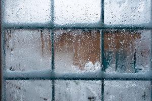 Beschlagene Fenster werden Sie vor allem im Winter bemerken.