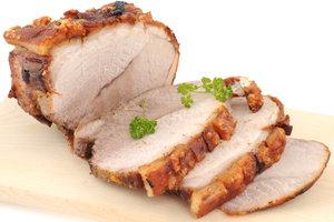 Schweinslungenbraten schmeckt am besten, wenn das Fleisch innen noch zart rosa ist.