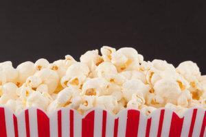 Popcorn schmeckt süß und lecker.