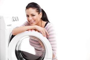 Die Pumpe der Waschmaschine kann verstopft oder defekt sein, wenn sie nicht mehr abpumpt.