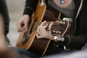 Jede Hand sollte beim Gitarrenspiel einzeln trainiert werden.