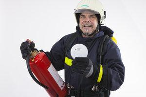 Brandschutzmelder und Feuerlöscher gehören in jedes bewohnte Gebäude.