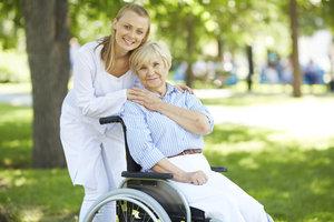 Eine Präsenzkraft arbeitet vorwiegend im Pflegebereich.
