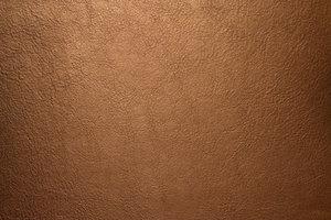 Glattleder lässt sich auf unterschiedliche Art und Weise reinigen.