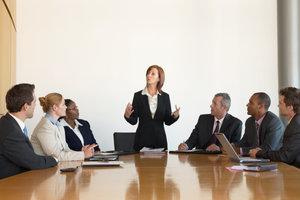 Eine Autoritätsperson kann die Führung dank der Stellung oder dank des Seins übernehmen.