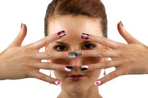 Mit einem Nagellackstift können Sie Ihre Nägel nach Belieben verzieren.
