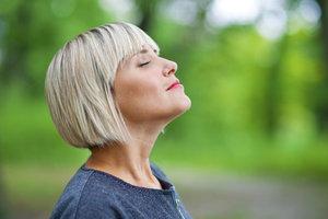 Atemübungen steigern die Konzentrationsfähigkeit und sorgen für ein entspanntes Körpergefühl.