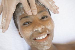 Ein natürliches Peeling aus Haushaltsmitteln pflegt die Haut zart und geschmeidig.