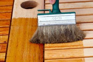 Holzöle schützen Möbel und andere Gegenstände aus Holz.