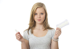 Junge Mädchen sind bei der Verwendung von Tampons oft unsicher.