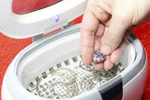 Oxidierter Schmuck lässt sich oft wieder reinigen.