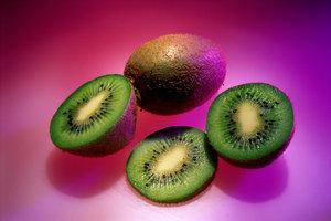 Kiwis sind eine echte Vitaminbombe und lassen sich auch mit Schale essen.