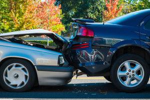 Ausparkendes Auto angefahrener Schaden melden