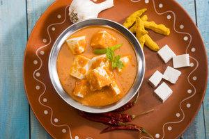 Paneer ist eine typische Zutat in indischen Gerichten.