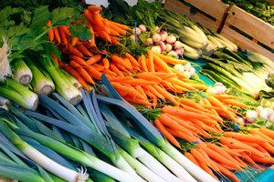In Lauch und Möhren stecken sekundäre Pflanzenstoffe, die freien Radikalen entgegenwirken.