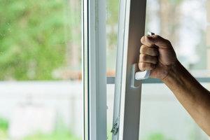 Mit gekipptem Fenster zu lüften ist meist nicht sinnvoll.