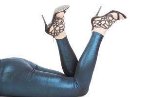 Frauen lieben Leggings - perfekt wird das Outfit, wenn man den Slip nicht sieht.