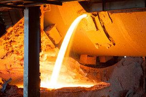 Glühend heiß - in den Hochöfen der Stahlindustrie wird flüssiges Roheisen produziert.
