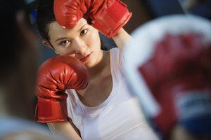 Immer schön in Deckung bleiben - auch Frauen können Boxen als Sportart betreiben.