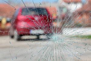 Auch bei kleineren Verletzungen der Windschutzscheibe müssen Sie für schnelle Abhilfe Sorge tragen.