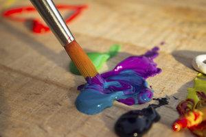 Synthetikpinsel haben in der Acrylmalerei durchaus ihre Berechtigung.