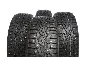 Spikes an Pkw-Reifen können bei Schnee und Eis sinnvoll sein.