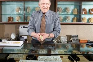 Jeder Juwelier kennt sich mit Goldstempeln aus.