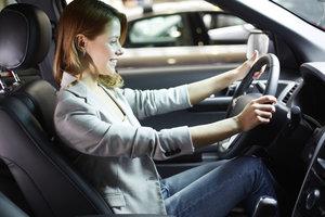 Beim Autofahren sollten Sie immer beide Hände am Lenkrad haben.