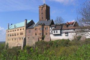 Auf der Wartburg übersetzte Luther das Neue Testament ins Deutsche.
