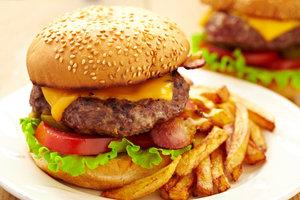 Wer sich von Fast Food in großen Mengen ernährt, kann das Sättigungsgefühl verlieren.