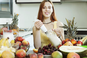 Molke und Früchte pürieren - fertig ist gesunde Fruchtmolke