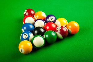 Poolball-Bälle unterscheiden sich nur in Größe und Material von Billard-Bällen.