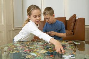Puzzeln macht Spaß, fördert die Konzentration und das räumliche Denken.