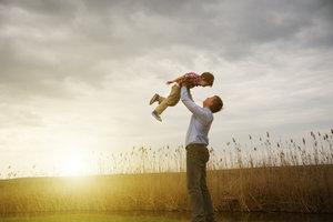 Der Stiefvater hat ein paar wichtige Rechte gegenüber dem Kind seiner Partnerin.