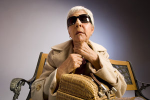Viele ältere Menschen brauchen nur eine Sonnenbrille.