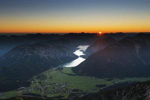 Der Plansee liegt mitten in den Ammergauer Alpen.