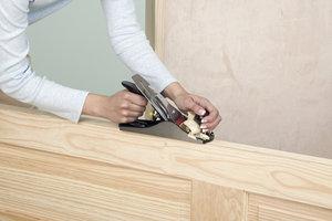 Durch Abhobeln lassen sich Türen einfach kürzen.