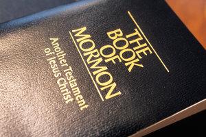 Das Buch der Mormonen gehört zu dieser Religion.
