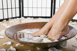 Die richtige Fußpflege kann Problemen vorbeugen und hält die Haut geschmeidig.