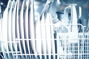 Spülmaschinen nehmen Ihnen im Alltag viel Arbeit ab.