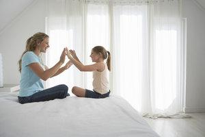 Klatschspiele in Reimform eignen sich gut zur Sprachförderung