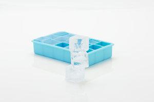 Eiswürfel helfen gegen Verbrennungen im Mundraum.